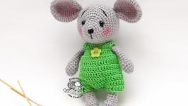 Мышонок в зелёном комбинезоне