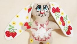 тут изображено Зайка ′ Клубничное настроение′ игрушка с вышивкой