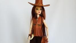 Кукла в стиле кантри в наряде из натуральной кожи и ковбойской шляпе
