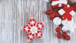 Новогодние игрушки Звезда Снежинки из бисера ручной работы