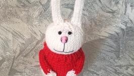 Зайка в красном свитере