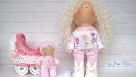Кукла в розовом комбинезоне