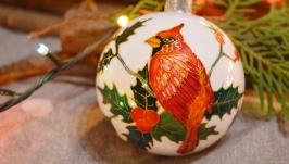 Елочный шар с ручной росписью ′Кардинал и пуансетия′