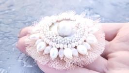 Брошка з натуральною перлиною Пауа , перлами та кристалами