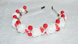Ободок с белыми розами и красными ягодками