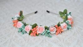 Ободок с бело-персиковыми розами и мятно-оранжевыми тычинками