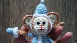 Вязаная игрушка сувенир обезьяна снегурочка