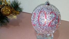 Новогодний шар, инкрустированный стразами