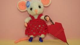 Мышка в красном и синем платье