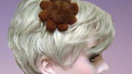 Брошь  заколка для волос из натуральной замши и норки коричневого цвета.