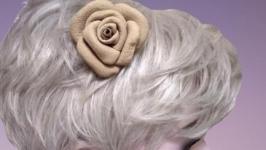 Брошь  заколка для волос из натуральной кожи бежевого цвета.