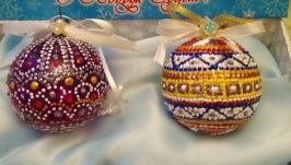 Елочные игрушки шарики расписаны в технике точечной росписи.
