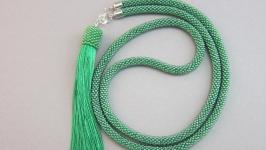 Зеленый сотуар из бисера с кисточкой