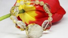 Женский массивный браслет из агата и кварца золотистый