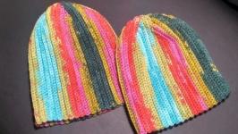 Набор из двух ярких шапок.Шапка