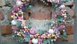 Весняний пасхальний вінок на двері в бузковому кольорі