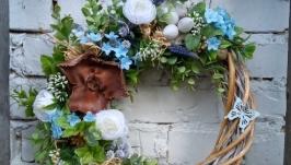 Великодній весняний вінок на двері в блакитно-білій гамі
