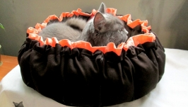 Лежанка-гнездо для животного.