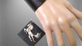 Черный кожаный комплект, подвеска с лошадкой и браслет