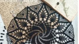 Круглая черная  вязаная салфетка. Интерьерный декор
