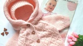 тут изображено Комплект для новорождённого. Вязаный комбинезон, шапочка и пинетки.