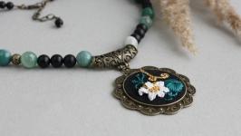 Именное ожерелье из черного агата Колье с кулоном лилия