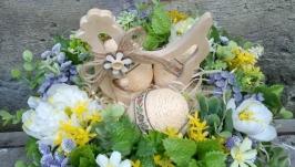 Композиція весняна в жовто-зеленому кольорі з декоративною куркою