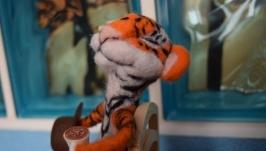 Валягая игрушка тигр Пьер в ожедании весны