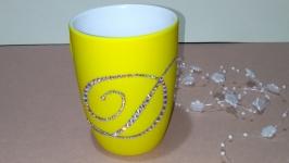 тут изображено Керамическая кружка с инициалом стразами