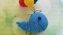 Синий - синий кит Томи летящий на воздушных шарах