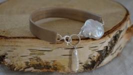 Браслет кожаный бежевый с барочным жемчугом на серебре  ′Белый пион′