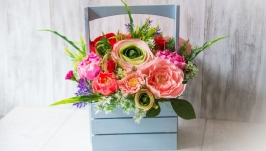 Корзинка с цветами в стиле рустик