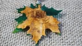 Кулон ′Кленовый лист′. Деревосмола