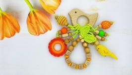 Именной грызунок-птичка с вязаными, деревянными и силиконовыми элементами