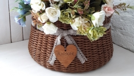 Плетеная корзина коричневого цвета с хлопковым кружевом