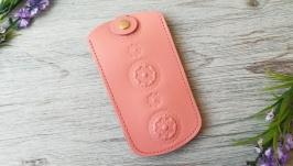 Кожаная ключница цвета пудры женская карманная для ключей с тиснением цветы