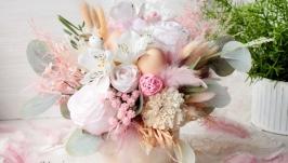 Пасхальна композиція в ніжно-розовому кольорі з квітами.