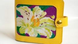 Жовтий гаманець з вишивкою