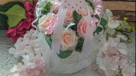 Букет роз в стильной шляпной коробке белого цвета