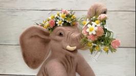Слон с цветами.