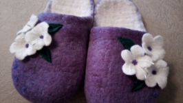 тут изображено Валяные женские тапочки с белыми цветами