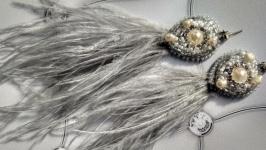 Яркие серьги из страусиных перьев.