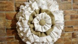 Настенный венок из белой мешковины в стиле рустик или кантри для декора