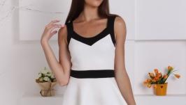 Стильное контрастное платье