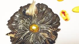 тут изображено Кожаная брошь ′Цветок счастья′