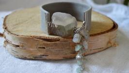 Браслет серый из кожи с необработанным флюоритом и агатом  «Алтай»