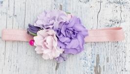 Бузкова пов′язка на голову з букетиком ніжних трояндочок.