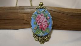 Кулон с микровышивкой ′Розы на голубом′