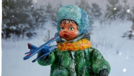 Іграшка новорічна ′Хлопчик і літачок′