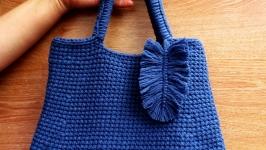 Сумка вязаная синяя с текстильным листиком